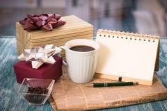Aún-vida festiva con los presentes, una taza, un florero, un cuaderno del RA Imagenes de archivo