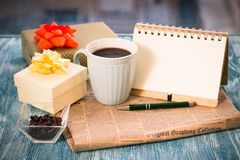 Aún-vida festiva con los presentes, una taza, un florero, un cuaderno del RA Imagen de archivo