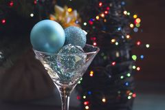 Aún vida festiva con un vidrio y una botella de champán Imagen de archivo