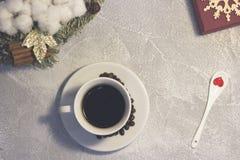 Aún vida festiva con una taza de café Imagen de archivo