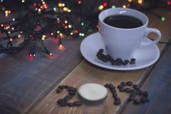 Aún vida festiva con una taza de café y una inscripción 2018 Imagenes de archivo