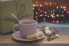 Aún vida festiva con una taza de té, de caja de regalo y de luces de hadas Fotos de archivo