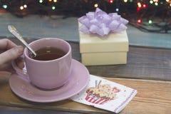 Aún vida festiva con una taza de té y de una caja de regalo, Foto de archivo