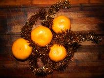 Aún vida festiva de las mandarinas con malla brillante Imagen de archivo