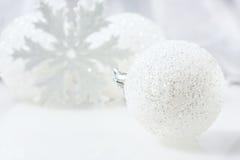 Aún vida festiva - decoraciones de la Navidad en diversos tamaños y texturas Fotos de archivo