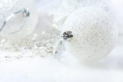 Aún vida festiva - decoraciones de la Navidad en diversos tamaños y texturas Imágenes de archivo libres de regalías