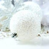 Aún vida festiva - decoraciones de la Navidad en diversos tamaños y texturas Fotografía de archivo libre de regalías