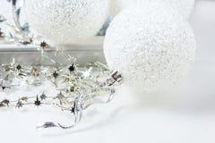 Aún vida festiva - decoraciones de la Navidad en diversos tamaños y texturas Imagen de archivo