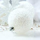 Aún vida festiva - decoraciones de la Navidad en diversos tamaños y texturas Imagenes de archivo