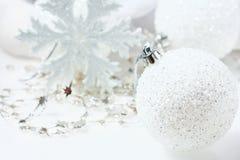 Aún vida festiva - decoraciones de la Navidad en diversos tamaños y texturas Fotos de archivo libres de regalías
