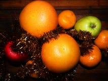 Aún vida festiva del pomelo, de las mandarinas y de las manzanas Foto de archivo libre de regalías