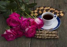 Aún vida festiva hermosa de las flores, de las galletas y del café Imágenes de archivo libres de regalías