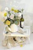 Aún vida floral con las rosas y el vino Foto de archivo libre de regalías
