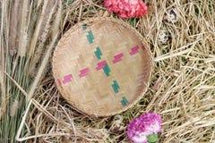 Aún-vida floral de la cesta de Bammboo Imagenes de archivo