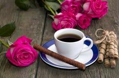 Aún vida hermosa, café, rosas y lazo de galletas Fotografía de archivo