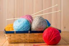 Aún vida hermosa con hilado de lanas de los ovillos Imagen de archivo