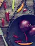 Aún vida hermosa con la cebolla roja y el chile Fotografía de archivo