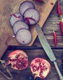 Aún vida hermosa con la cebolla roja y la granada cortadas Foto de archivo libre de regalías
