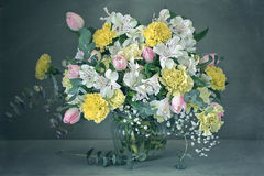 Aún-vida hermosa con las flores Imágenes de archivo libres de regalías
