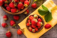 Aún vida hermosa con las fresas en cuencos de madera Fotografía de archivo libre de regalías