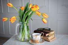 Aún vida hermosa con los tulipanes Imagen de archivo libre de regalías