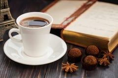 Aún vida hermosa con una taza de café y de trufas Imagen de archivo libre de regalías