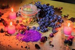 Aún vida hermosa de flores, de la fruta y de velas Imagen de archivo