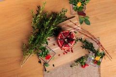 Aún vida hermosa de flores, de la fruta y de velas Imagen de archivo libre de regalías