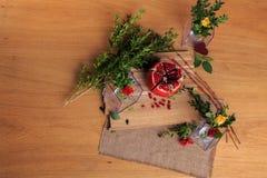 Aún vida hermosa de flores, de la fruta y de velas Fotos de archivo