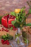 Aún vida hermosa de flores, de la fruta y de velas Imagenes de archivo