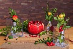 Aún vida hermosa de flores y de la fruta Imagen de archivo libre de regalías