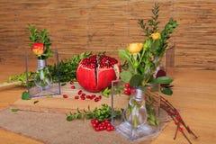 Aún vida hermosa de flores y de la fruta Imagenes de archivo