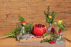 Aún vida hermosa de flores y de la fruta Fotografía de archivo