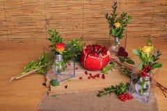 Aún vida hermosa de la fruta, de las flores y de las velas Fotografía de archivo libre de regalías
