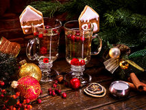 Aún-vida hermosa de la Navidad a partir de dos vidrios de sacador caliente Imágenes de archivo libres de regalías