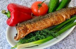 Aún vida hermosa de pescados en un marco de verduras Imagen de archivo libre de regalías