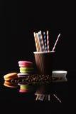 Aún-vida hermosa del café en un fondo oscuro Foto de archivo