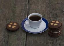 Aún vida hermosa del café y de las galletas en una tabla vieja Fotografía de archivo libre de regalías