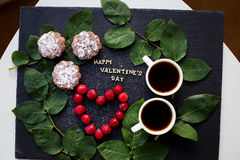 Aún vida hermosa - inscripción feliz de la tarjeta del día de San Valentín, cereza, manguito Imagen de archivo libre de regalías