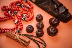 Aún vida hermosa: trufas de chocolate, canela, vainilla y Foto de archivo