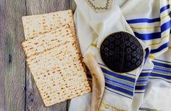 Aún-vida judía del día de fiesta con pan judío del passover del vino y del matzoh Imagen de archivo