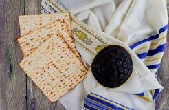 Aún-vida judía del día de fiesta con pan judío del passover del vino y del matzoh Imagen de archivo libre de regalías
