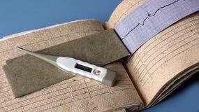 Aún vida médica con la información paciente de la salud, cardiograma, corazón Imagen de archivo libre de regalías