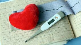 Aún vida médica con la información paciente de la salud, cardiograma, corazón Fotografía de archivo