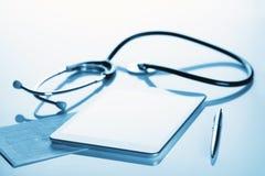 Aún vida médica con una tableta y un estetoscopio Imagen de archivo libre de regalías