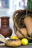 Aún vida medieval con el jarro y el pan de leche Foto de archivo