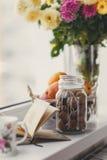 Aún-vida, nueces, agrios y libro del otoño Imágenes de archivo libres de regalías