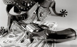 Aún vida occidental sobre fondo del dinero Fotografía de archivo