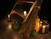 Aún vida oculta asustadiza con el palo de escoba, las calabazas y las velas de la bruja por la escalera Imagenes de archivo
