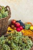 Aún vida otoñal con la fruta y las hojas en una base de madera Fotos de archivo libres de regalías